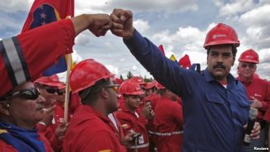 El presidente venezolano Nicolás Maduro (derecha) vista la franja de Orinoco, en el estado Monagas