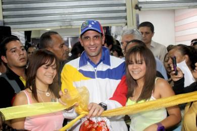Capriles: Comparen, aquí tienen un mercado y en frente una valla.