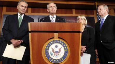 El líder de la mayoría Harry Reid (centro), se dirige a la prensa luego de que el Senado aprobara la propuesta para reabrir el gobierno y levantar el techo de la deuda.