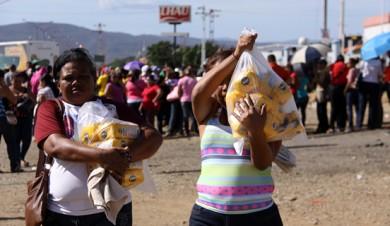 En todo el país se aprecian las colas de personas para comprar los productos de la cesta básica, como consecuencia de las políticas económicas ejecutadas desde 1999.