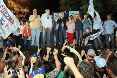 Antonio Ledezma, alcalde metropolitano reelecto, celebra con sus seguidores la victoria.