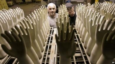 Trabajadores en la fábrica uruguaya de guantes de hule Funsa, una empresa apoyada con fondos venezolanos.