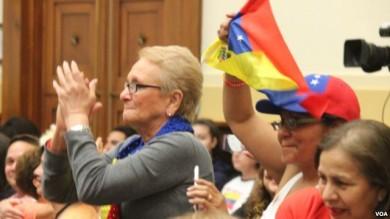 Un grupo de venezolanos, que radican en EE.UU. celebraron cuando el proyecto de ley pasó su primera ronda legislativa en el Congreso.