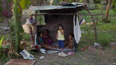 Niños en precaria situación en el área de Tacarigua, Venezuela